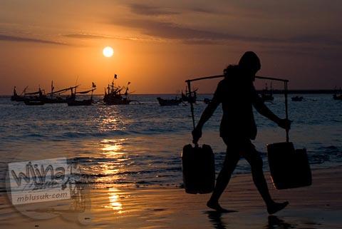 Foto kehidupan nelayan di Pantai Jimbaran, Bali saat senja pada Agustus 2009