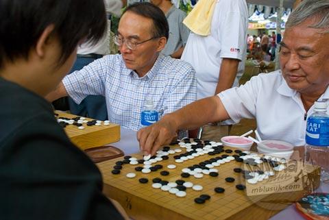Foto warga tua memainkan catur go di Jak-Japan Matsuri tahun 2009 di Lapangan Monas, Jakarta