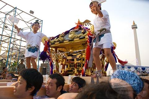 Foto arak-arakan omikoshi di Jak-Japan Matsuri tahun 2009 di Lapangan Monas, Jakarta