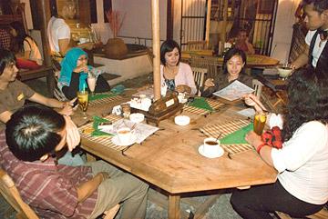 Kopi Darat Blogger di House of Raminten Yogyakarta Juni 2009, bareng Muzdalifah, Yoes Menoez, dan Deden