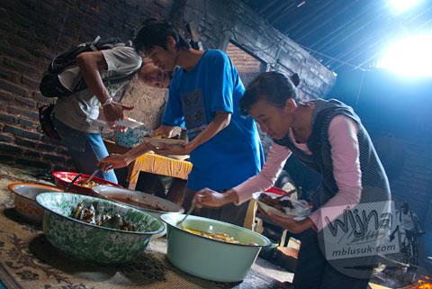 Pelanggan mengambil masakan Jawa racikan Mbah Marto Sega Gudeg Nggeneng, Bantul langsung dari dapur rumah tradisional Jawa