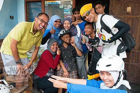 Para pesepeda berfoto bersama Mbah Marto pemilik Sega Nggeneng Mangut Lele yang terkenal itu