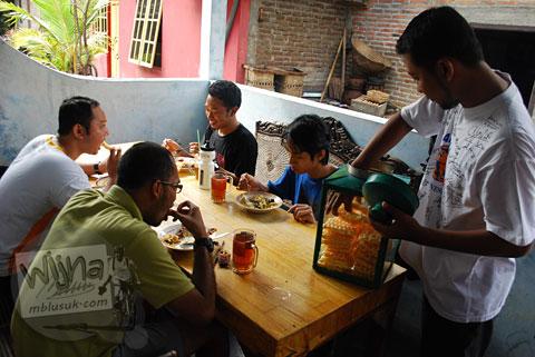 suasana bersantap nasi nggeneng Mbah Marto di rumah Jawa tradisional milik Mbah Marto di Sewon, Bantul