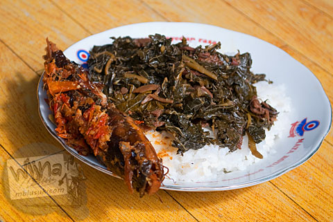 Foto mangut lele atau sega Nggeneng beserta sayur gudeg daun pepaya racikan mbah Marto, Bantul di tahun 2010