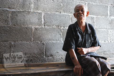 Foto profil Mbah Marto pemilik Sega Gudeg Nggeneng, Bantul yang terkenal dengan Mangut Lelenya di tahun 2010