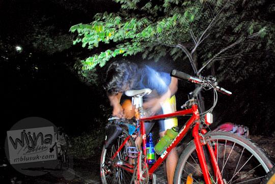bersepeda melewati tanjakan gua kiskendo di Kulon Progo saat malam hari tanpa penerangan