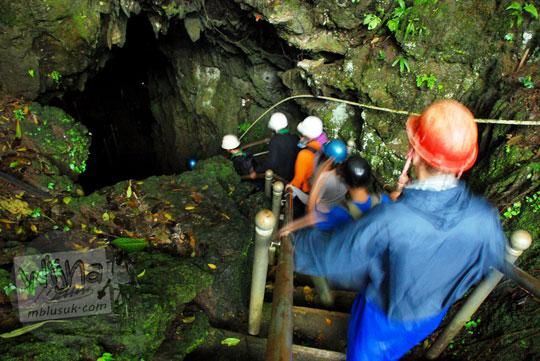 mahasiswi pecinta alam fakultas biologi ugm masuk ke gua kiskendo