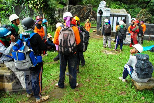 persiapan masuk gua kiskendo di acara Nature Meet Science UGM