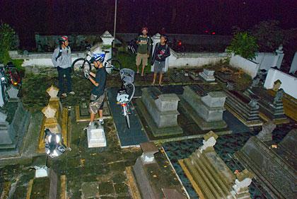 Sepeda dan Penunggangnya Masuk Kuburan.