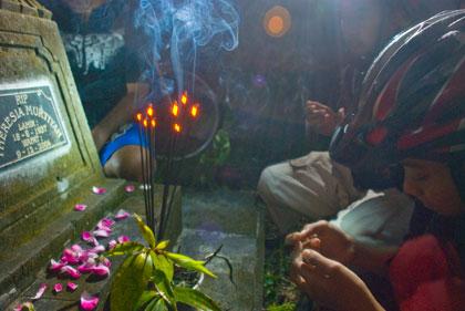 Berziarah kubur sekaligus berdoa