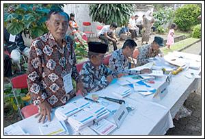 panitia berseragam unik pada Pemilu legislatif Indonesia tahun 2009