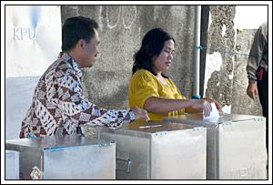 contoh bilik kotak suara pada Pemilu legislatif Indonesia tahun 2009