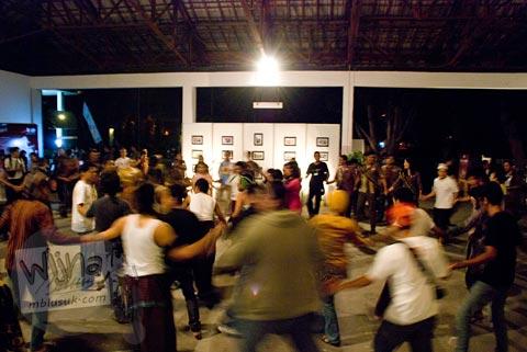 Para Blogger Yogyakarta menarikan tari persahabatan di Pesta Blogger 2009 Chapter Jogja