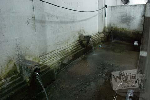 Foto Pancuran Buang Air di WC Umum Candi Donotirto