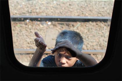 cerita bocah anak peminta-minta yang sering berkeliaran di Stasiun Cipendeuy, Garut, Jawa Barat