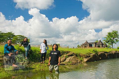 Foto Akbar, Bella, Hari, dan Citra mahasiswa prodi matematika UGM angkatan 2005 di Keraton Ratu Boko Yogyakarta