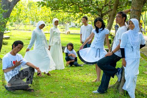Foto Friska, Sigit, Arda, Siti Nurazhima Firmanti, Lani, mahasiswa prodi matematika UGM angkatan 2005 di Keraton Ratu Boko Yogyakarta
