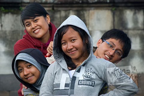 Foto Wayan, Friska, Ria, dan Adit mahasiswa prodi matematika UGM angkatan 2005 di Keraton Ratu Boko Yogyakarta