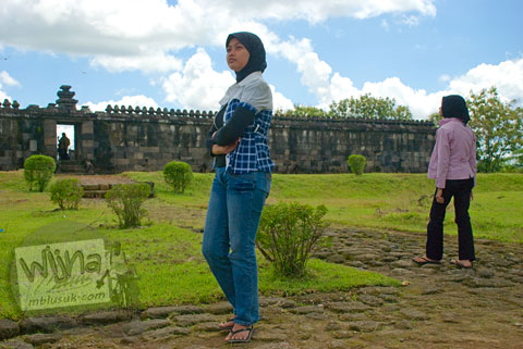 Foto Putri dan Nuur mahasiswa prodi matematika UGM angkatan 2005 di Keraton Ratu Boko Yogyakarta