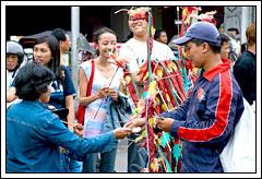 Foto penjual mainan naga
