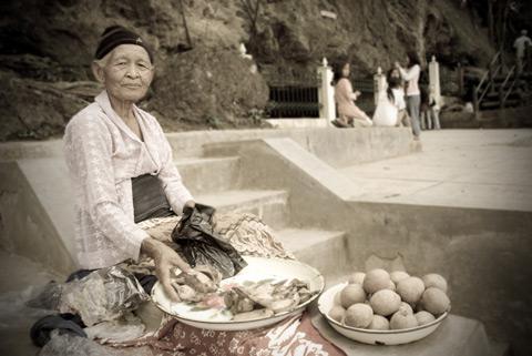 Foto Ibu Penjual Jajanan di Gua Selarong, Pajangan, Bantul pada Juni 2009