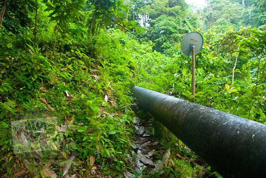 Pipa air besar yang ada di kawasan Air Terjun Suhom (Seuhom) di Krueng Kala, Lhoong, Aceh Besar