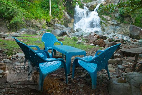 duduk-duduk sambil menikmati keindahan wisata Air Terjun Suhom (Seuhom) di Krueng Kala, Lhoong, Aceh Besar