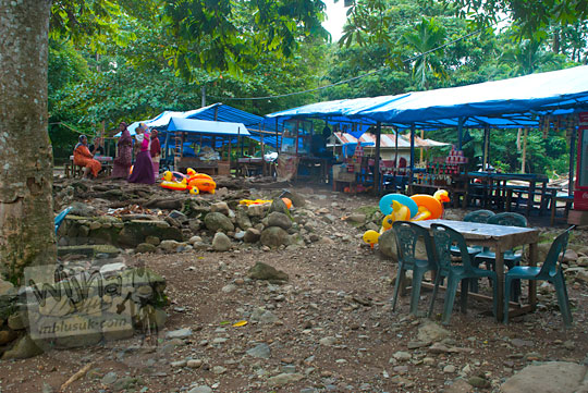 warung-warung sederhana di kawasan Air Terjun Suhom (Seuhom) di Krueng Kala, Lhoong, Aceh Besar