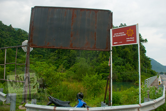 Papan arah menuju Air Terjun Suhom (Seuhom) di Krueng Kala, Lhoong, Aceh Besar