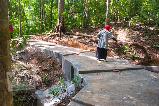 foto wisatawan berjalan kaki di jalur hutan semen menuju lokasi air terjun Kuta Malaka, Aceh Besar pada zaman dulu september 2014