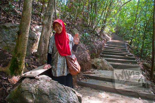 foto wisatawan ibu berjilbab merah mengunjungi air terjun Kuta Malaka, Aceh Besar pada zaman dulu september 2014
