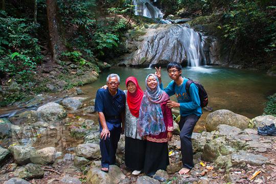 foto cerita keluarga dari Jawa ketika berwisata di air terjun Kuta Malaka, Aceh Besar pada zaman dulu september 2014