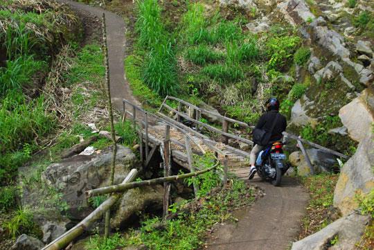 foto motor menyeberang jembatan kayu ke air terjun sekumpul buleleng zaman dulu pada april 2013