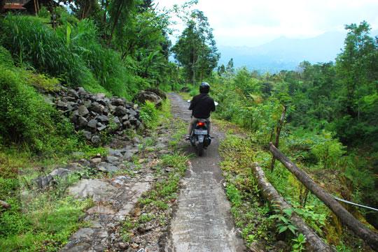 foto suasana pedesaan bali menuju ke arah air terjun sekumpul buleleng zaman dulu pada april 2013