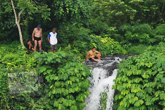 foto turis asing cowok bule mandi bugil telanjang di puncak air terjun sekumpul buleleng zaman dulu pada april 2013