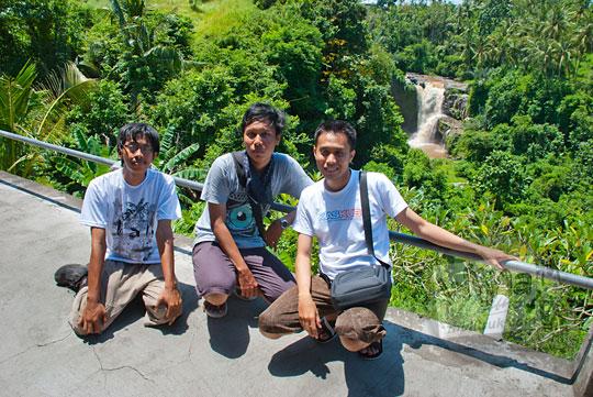 wisatawan mandi air di air terjun Tegenungan, Gianyar, Bali
