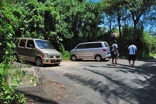 area parkir air terjun Tegenungan Bali yang luas dan muat menampung banyak mobil dan bus besar