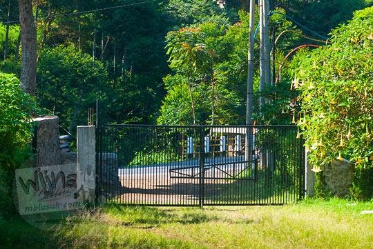 gerbang besi akses masuk ke Curug Bugbrug, Bandung Barat dari pinggir jalan raya kolonel masturi pada zaman dulu Agustus 2014