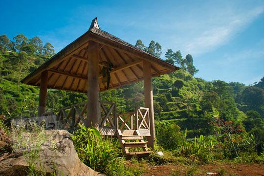 gazebo tempat beristirahat di jalan menuju Curug Bugbrug, Bandung Barat pada zaman dulu Agustus 2014