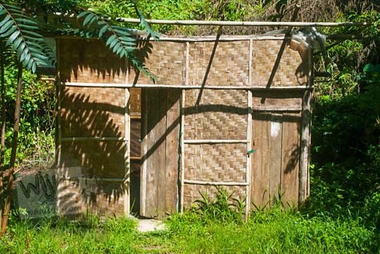 fasilitas toilet dan ruang ganti sederhana di kawasan Curug Bugbrug, Bandung Barat pada zaman dulu Agustus 2014