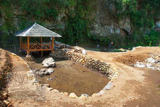 suasana proses proyek pembangunan taman wisata Curug Bugbrug, Bandung Barat pada zaman dulu Agustus 2014