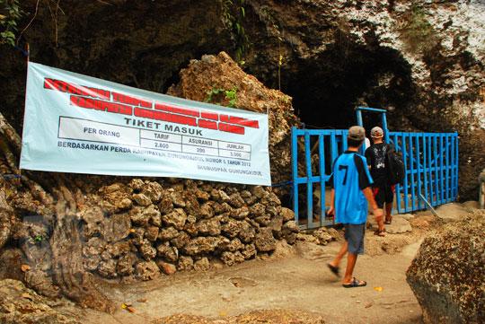 spanduk protes pengelolaan gua cerme oleh warga gunungkidul