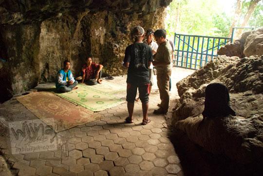 pos retribusi tidak resmi atau pungutan liar di pintu masuk gua cerme yang dijaga oleh warga gunungkidul