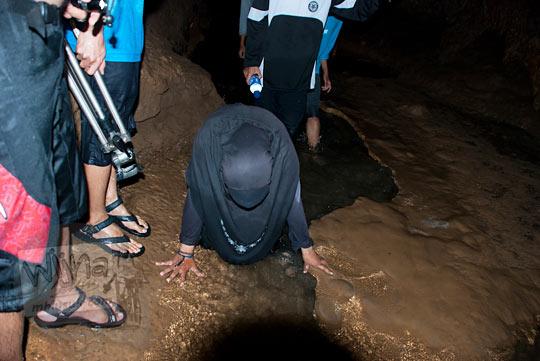 pengunjung wanita berjilbab hitam jatuh kecelakaan pada saat menyusuri gua cerme, bantul