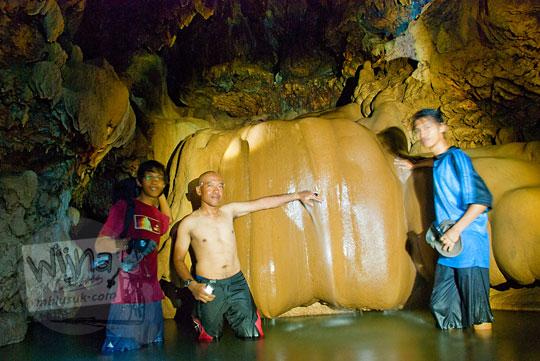 air terjun kecil yang ada di dalam gua cerme
