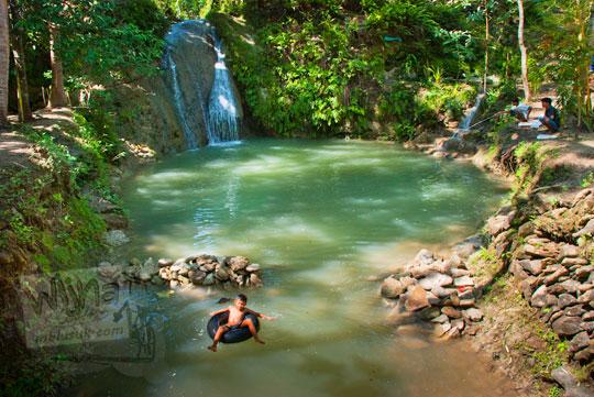 Suasana damai, tenang, dan sepi di air terjun tersembunyi bernama Curug Kedung Pengilon di Kasihan, Bantul, Yogyakarta yang konon merupakan tempat mandi bidadari
