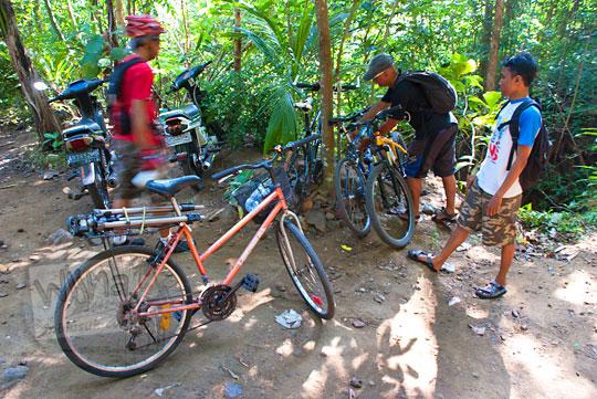 parkir sepeda di dekat air terjun curug seribu batu (cengkehan) di dusun Giriloyo, Wukirsari, Imogiri, Bantul, DI Yogyakarta