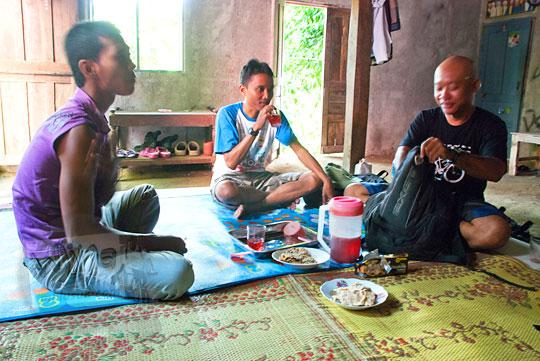 bertamu di rumah warga dekat air terjun curug seribu batu (cengkehan) di dusun Giriloyo, Wukirsari, Imogiri, Bantul, DI Yogyakarta