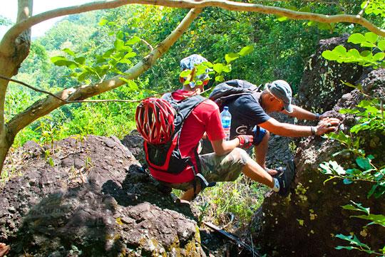 Akrobat menuruni air terjun curug seribu batu (cengkehan) di dusun Giriloyo, Wukirsari, Imogiri, Bantul, DI Yogyakarta