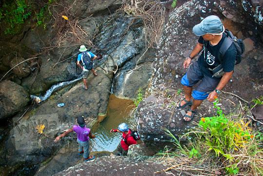 Menuruni tebing ke air terjun curug seribu batu (cengkehan) di dusun Giriloyo, Wukirsari, Imogiri, Bantul, DI Yogyakarta